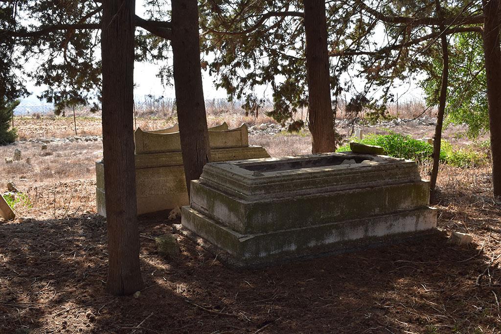 kato-arodes-cemetery_03
