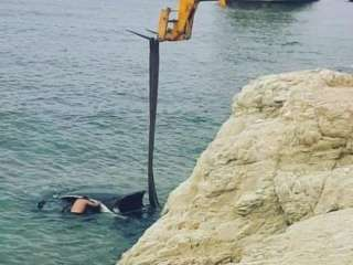 Parked car with driver inside falls in sea waters after brake was not pulled (PHOTOS)
